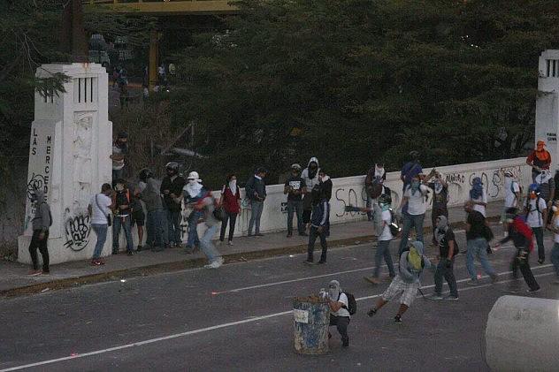 Despuès de una concentración convocada por opositores en Chacaito este viernes, encapuchados atacan a funcionarios de la PNB. Foto: @CPNB_VE. Fuente: