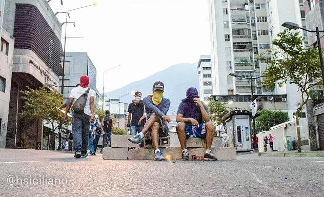 Usaron el material de construcción para construir barricadas en la Av. Uslar Pietri. Foto: Horacio Siciliano