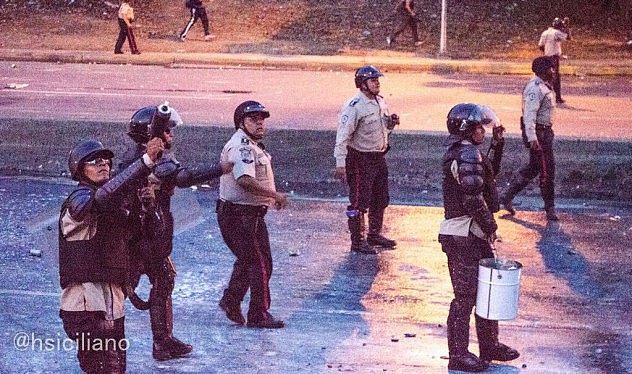Desde un edificio de Santa Fe les lanzaron piedras, y la PNB lanzó lacrimógenas en respuesta. Foto: Horacio Siciliano