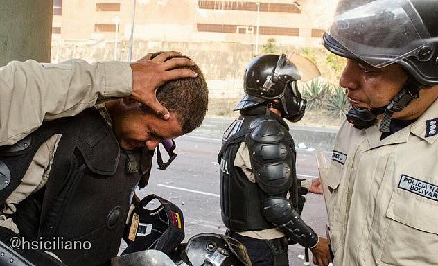Varios efectivos de la PNB resultaron heridos por piedras y objetos contundentes. Foto: Horacio Siciliano