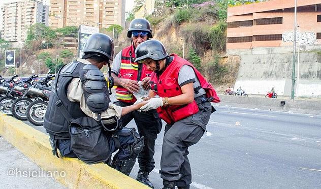 Otro efectivo herido, siendo asistido por paramédicos. Foto: Horacio Siciliano