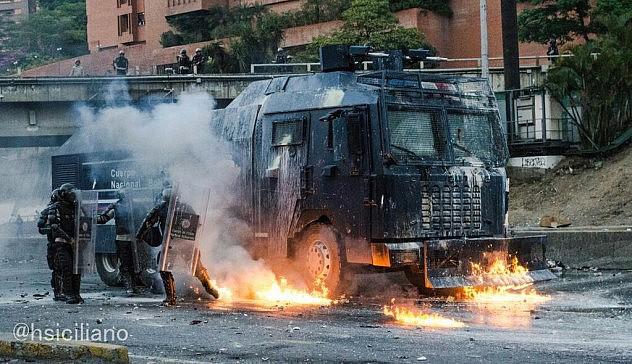Los opositores atacaron el vehículo blindadop de la PNB con bombas molotov, que también amenazaron la vida de los oficiales. Foto: Horacio Siciliano