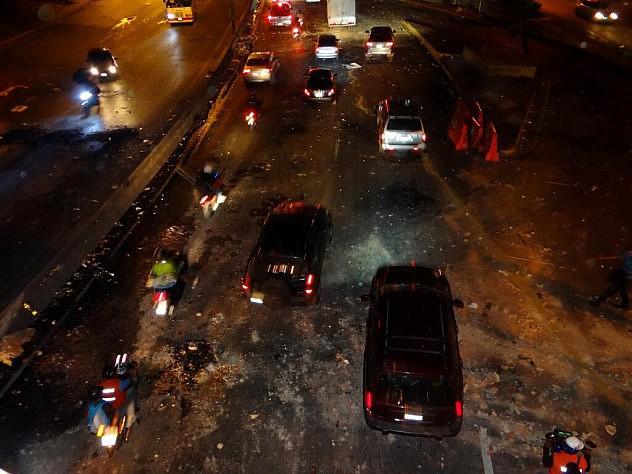 Así quedó la autopista de Prados del Este este lunes en la noche tras los desórdenes de vándalos de derecha.
