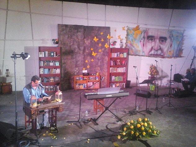 """Gonzalo Ramirez leyendo """"El otoño del patriarca"""". Foto: El Perro y la Rana"""