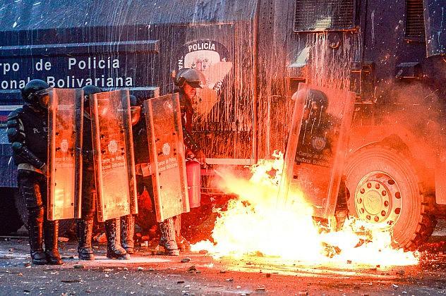 El ataque sufrido por efectivos de la PNB. Foto: AFP/Carlos Becerra