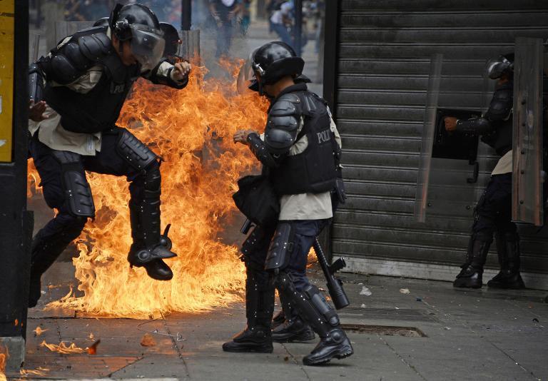 Resultado de imagen para ARTEFACTO EXPLOSIVO HIERE A VARIOS POLICIAS EN CARACAS