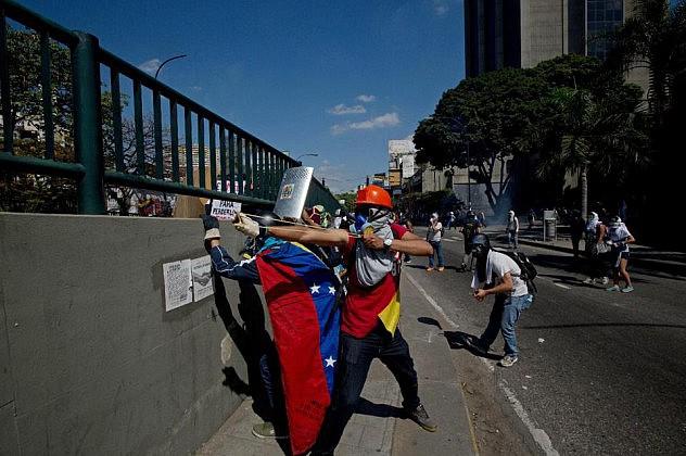 Opositores lanzaron metras contra efectivos de seguridad este sábado en Bello Monte. Foto: Fernando Llano, AP