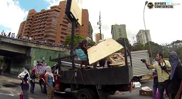 Camiones traían escombros y basura para hacer barricadas. Fuente: Reporte Confidencial