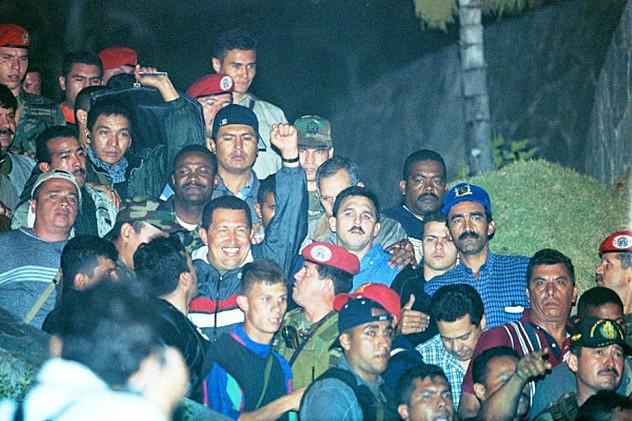 Chávez el 14 de abril de 2002 descendiendo del helicóptero. Foto: Ernesto Morgado
