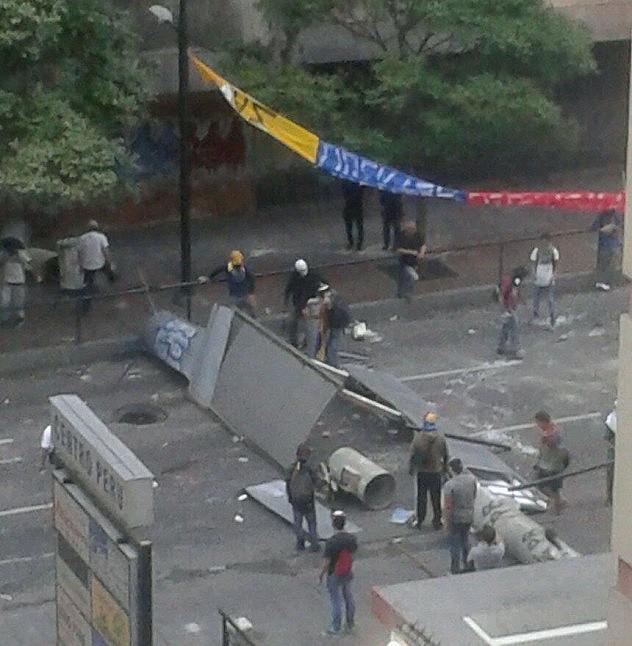 Barricadas construidas con los materiales robados de la torre Metro Olimpo
