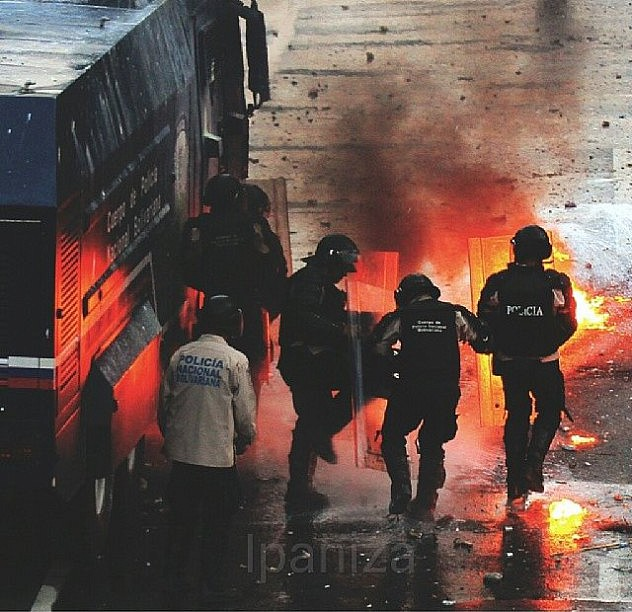 Oficiales de la PNB también fueron alcanzados por las bombas molotovs. Foto: Isaac Paniza