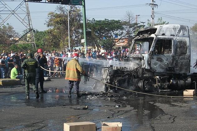 Bomberos  ya atendieron el incendio de las gandolas. Foto: Notitarde