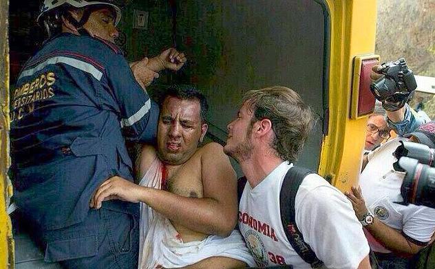 William Muñoz tras ser rescatado por los Bomberos