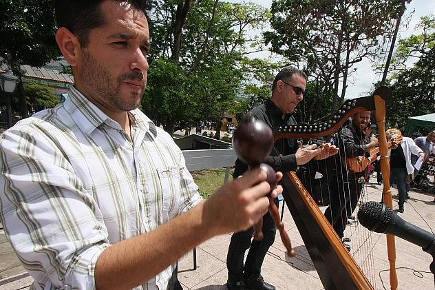 FOTO GEORGE CASTELLANOS_EL ARPA CUATRO Y MARACA PUSO A JOROPEAR A TODOS LOS ASISTENTES (1)