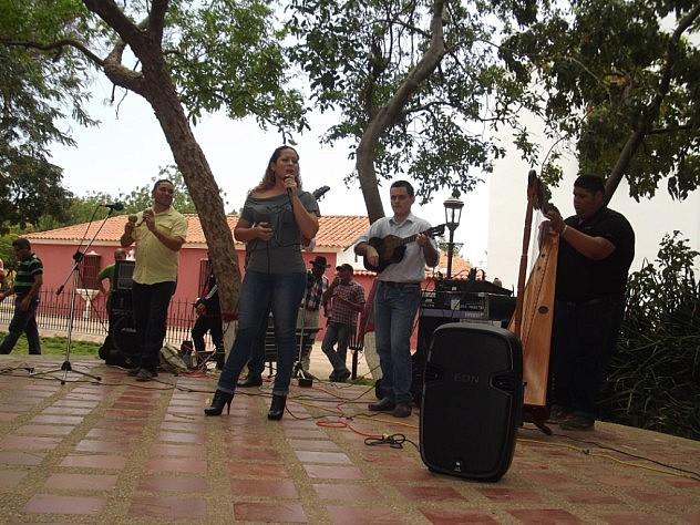 Fotoleyenda 2 joropo le canta a Bolívar