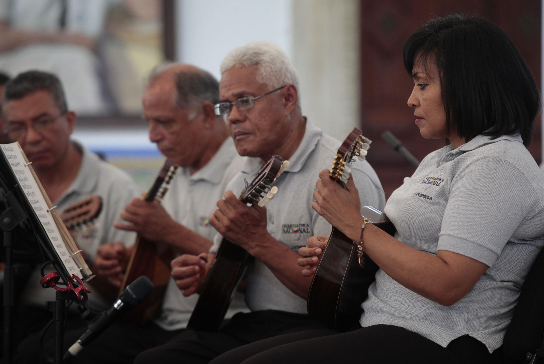 Concierto gratuito de m sica llanera se celebr en la casa for Casa amarilla instrumentos