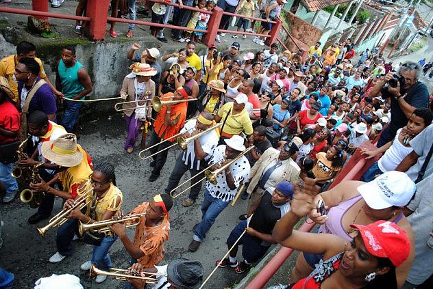 La parranda de Los Santos Inocentes en Caucagua recorre la calle La Línea para iniciar la actividad y el público presente comienza a seguirla. Foto: Daniel Hernández, Últimas Noticias
