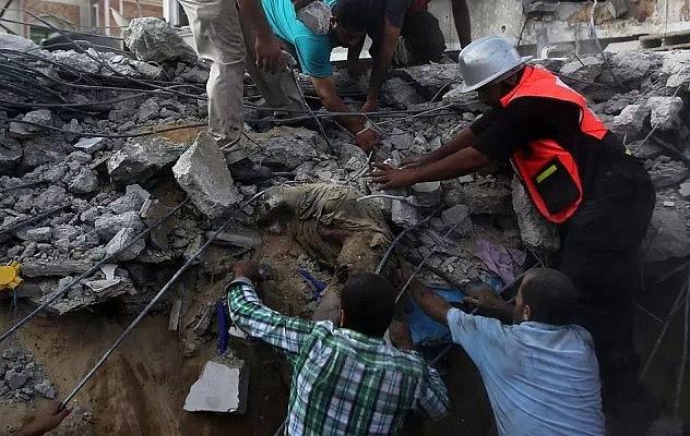 Socorristas aun extraen los cadáveres de hace días bajo los escombros de las zonas de #Gaza, bombardeada por Israel . Foto vía @RoaJavier