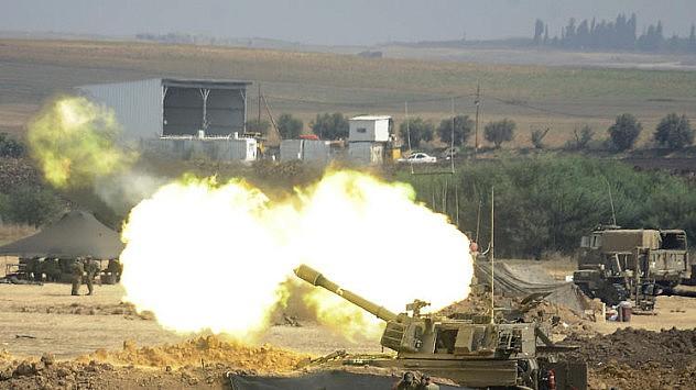 Un cañón israelí de 155mm dispara contra objetivos en la Franja de Gaza desde una posición en la frontera entre Israel y dicha franja este 29 de julio. (AFP Photo/David Buimovitch)
