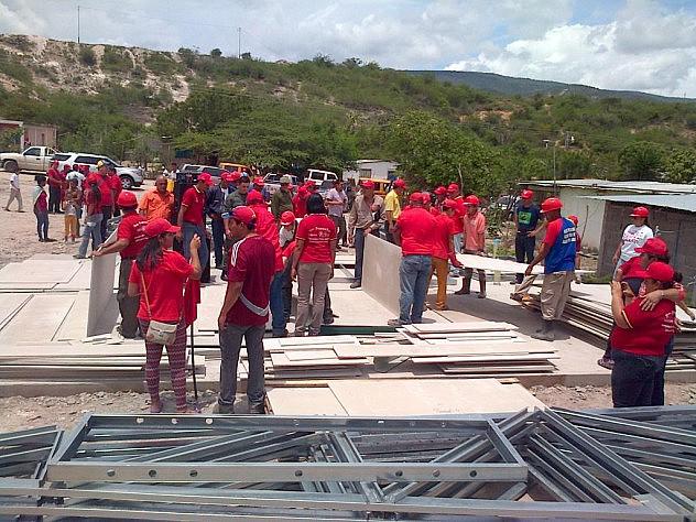 Min. Fidel Barbarito en inspección en la comunidad Valle Inmaculada (@minculturave)