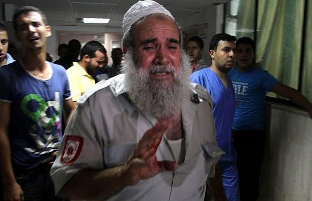 Paramédico llega a un centro asistencial el 17 de julio en Gaza, para encontrar que su hermano y sobrinos están entre las víctimas fatales. Foto: @Belalmd12