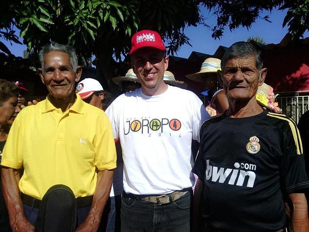 Barbarito junto a  José Moya y José Manuel Gonzalez, patrimonios vivientes dela isla de Coche. Foto: @MinCulturaNE