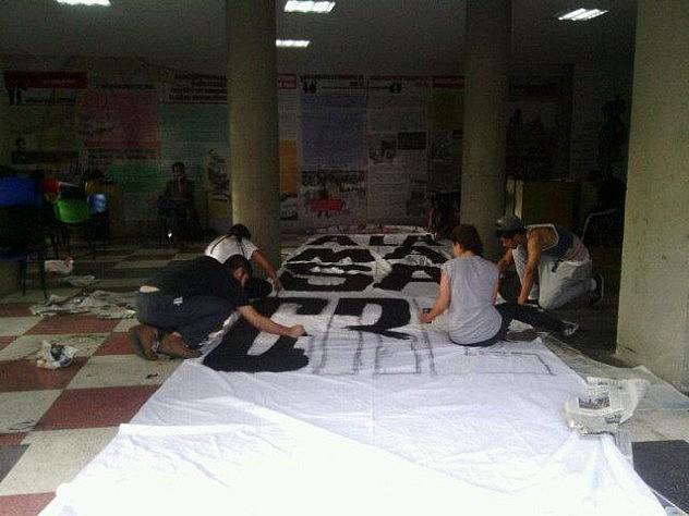 Así elaboraron la pancarta estudiantes de diferentes casas de estudios. Foto: Yenifer Heras @yenifer_heras