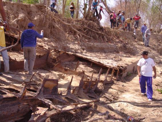 Cientos de personas visitaron los restos del buque cuando sus restos afloraron en 2010.