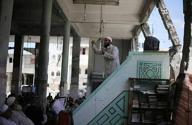 A pesar de la destrucción de sus mezquitas, los palestinos retornan a ellas a orar. Foto: @IlmFeed