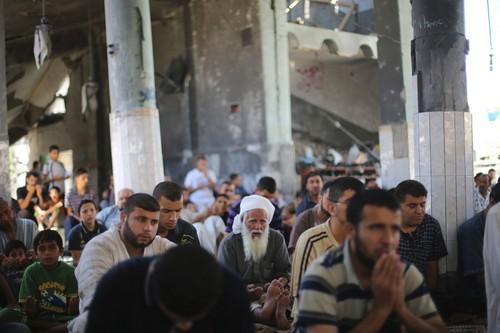 Retornan a la Mezquita Al-Farouq bombardeada por Israel para orar