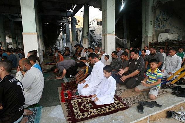 A pesar de los daños en sus mezquitas, los palestinos de religión musulmana no dejan de acudir a ellas a orar. Foto: Middle East Monitor.