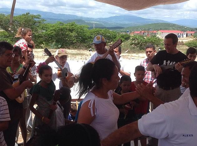 """""""Compartimos un Seis Figuriao muy bien bailado por la comunidad y el grupo Cuatro, Maraca y Tambor de la macrozona El Cercado"""", señaló Barbarito vía Twitter. Foto: @camillo_dicola"""