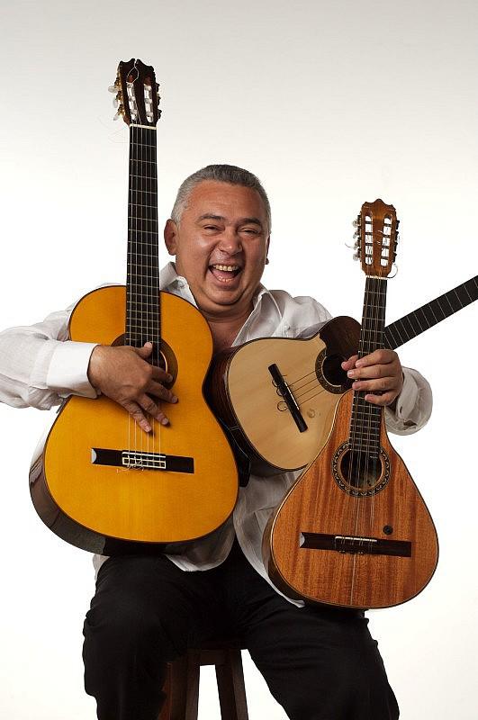 Cheo Hurtado con una guitarra, un cuatro y una bandola. Foto: Rodolfo Benítez