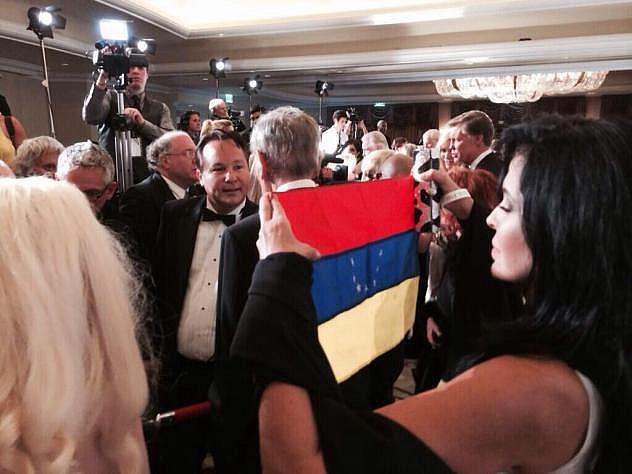 Alonso en la ceremonia de los Oscars 2014, intentando llamar la atención.
