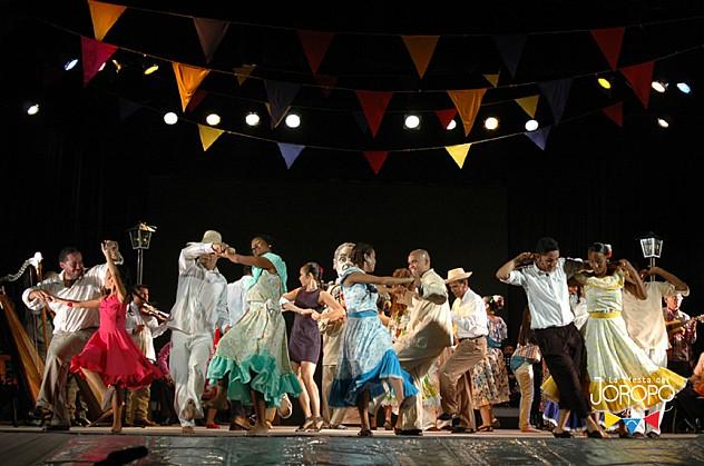 Foto 1_ Bailadores y bailadoras de la Fundación Compañía Nacional de Danza y Grupo de Danza Itanera. Foto Javier Gracia (1)