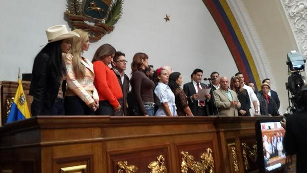 Este martes los artistas acudieron a la Asamblea Nacional y entregaron un reconocimiento a los parlamentarios que les apoyaron con la Ley de Protección al Artista. Foto: Julio Chávez