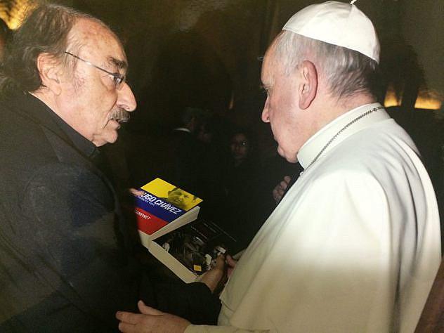 ramonet-le-entrega-al-Papa-sus-libros