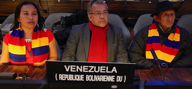 BENITO IRADY JUNTO AL CACIQUE SIMÓN BASTIDAS Y CAROLINA BASTIDAS_REPRESENTANTES DEL PUEBLO MAPOYO FOTO RAFAEL SALVATORE_IMG_6172