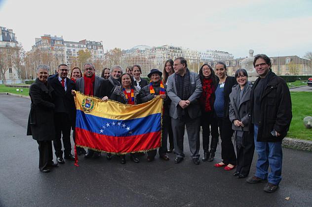 EMBAJADOR DE VENEZUELA EN FRANCIA  HÉCTOR MICHEL MUJICA JUNTO AL EQUIPO DE LA DELEGACIÓN ANTE LA UNESCO Y LA DELEGACIÓN VENEZOLANA FOTO RAFAEL SALVATORE IMG_6238