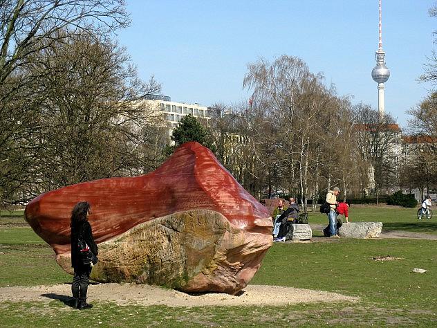 """La piedra Kueka se exhibe hoy con el nombre de """"Red Love Stone"""" (piedra roja del amor) en el parque Tiergarten, en Berlín, como un supuesto parque para la paz con rocas de los 5 continentes. Foto: Frank M. Rafik vía Flickr."""