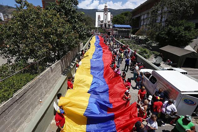 Este miércoles los educadores marcharon con una gran bandera. Foto: AVN