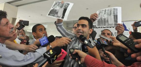 Ricardo Guardia Lugo, presidente de la OCLAE, muestra la imagen en que uno de los mercenarios que se encuentran en Panamá aparece fotografíado con Félix Rodríguez, el asesino del Che. Foto: Juvental Balán / Granma.