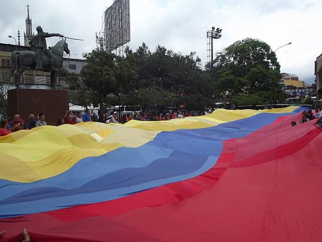 El manto tricolor cubrió la plaza Bolívar