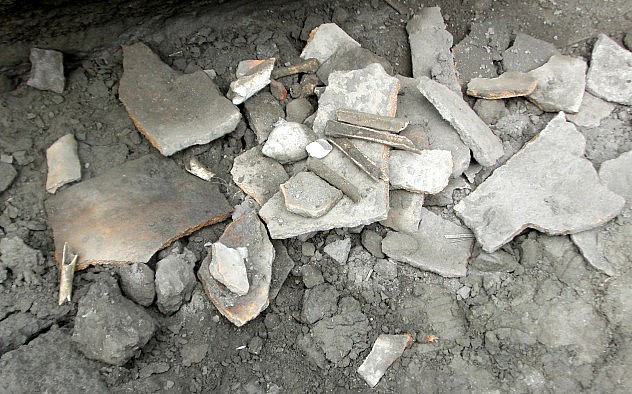 F2- Restos de las vasijas de barros hallados en el cementer