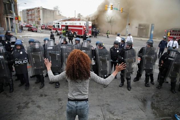 Una mujer enfrenta a la policía de Baltimore en los disturbios posteriores al funeral de Freddie Gray la semana pasada.