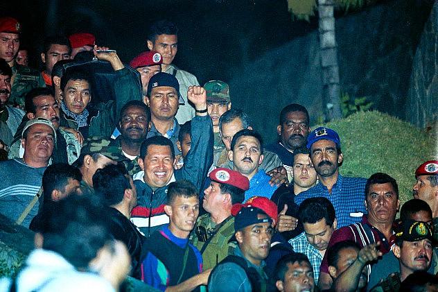 El presidente Hugo Chávez al llegar a Miraflores tras ser rescatado de La Orchila el 14 de abril de 2002. Foto: Ernesto Morgado