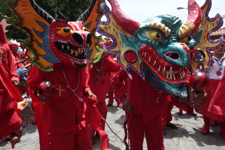 En Fotos Las Máscaras De Tradición Acompañan A Los Diablos