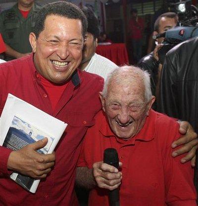 """Alberto Granado, aux côtés du président vénézuélien Hugo Chavez, en 2007. Ce vieux compagnon du """"Che"""" Ernesto Guevara est mort samedi à Cuba. Il l'avait  accompagné lors d'un voyage à moto à travers l'Amérique du Sud en 1951-52 dont le guérillero a tiré ses """"Carnets de voyage"""", portés à l'écran par Walter Salles. /Photo d'archives/REUTERS/Ho-Miraflores Palace"""
