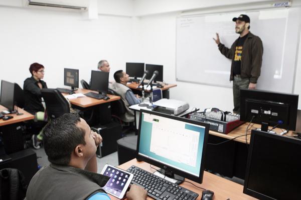Rossell impartiò recientemente un taller de radios en Software Libreen Conatel. Foto: Conatel