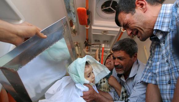 El-padre-de-Aylan-Kurdi-Abdullah-despide-al-pequeño-en-su-llegada-a-Kobane.-Foto-Reuters